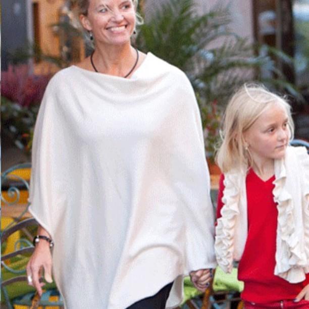 Ponchos, sjalar och tröjor rekommenderas när kylan tränger på framåt kvällen, finns 27 olika färger -verkligen mjuka och sköna! 💖 #cashmere #kashmir #poncho #shawls #sweater #birkastan #vasastan  #sweden