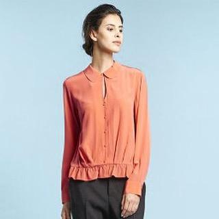 Nytt märke i Sverige! Franska Idano gör stilrena kläder med twist. Här sidenblus i färgen mandarin. Hos Estilo hittar du fler modeller och färger. Varmt välkommen! #modebutik#estilo#sidenblus#höstkläder#sibyllegatan