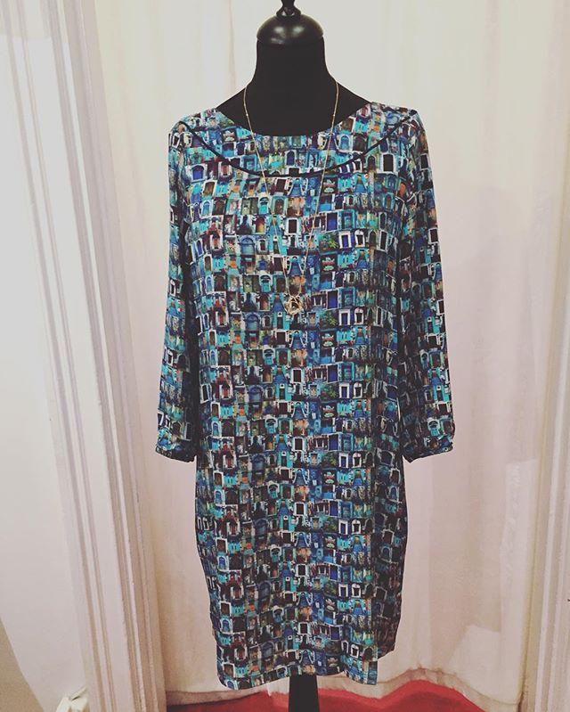 Nyheter hos modebutik Estilo. Här sidenklänning från danska One off. Välkommen till Estilo, Sibyllegatan 22. Hos Estilo får du alltid personlig hjälp att hitta rätt plagg för just dig❤️#modebutik#snyggakläder#klänning