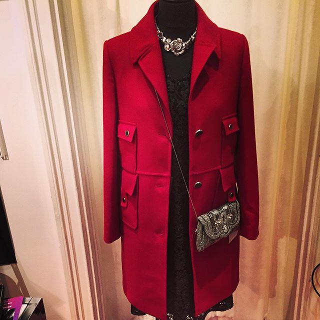 Nyinkommet hos butik Estilo, röd kappa i ull från Paris. Finns även i militärgrönt. Varmt välkommen till Estilo, Sibyllegatan 22❤️#modebutik#estilo#kappor