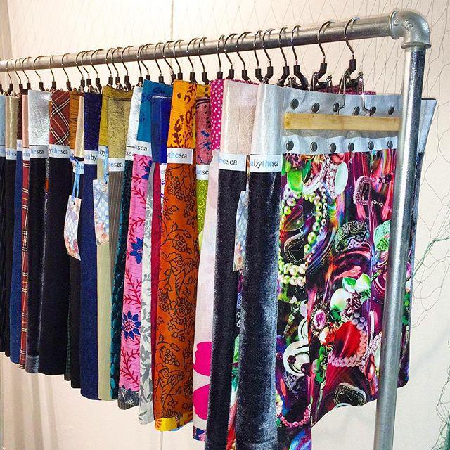 Varmt välkommen på afterwork hos Estilo tors 19/11, 17:00-20:00.  Vi gästas av Maria by the Sea,  som designar unika kjolar i vackra tyger där ingen kjol är den andra lik. Vi bjuder på bubbel och 10% rabatt på alla plagg i butiken, samt utlottning av 2 st goodiebags. Ta gärna med dig dina vänninor! Välkommen till modebutik Estilo på Sibyllegatan 22! ❤️ Följ oss gärna på Facebook/modebutik estilo