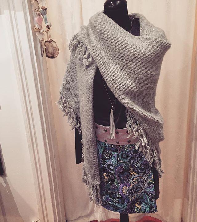 Just nu i butik Estilo, originell kjol Maria by the Sea, marinblå blus i sidenstrech från Dea Kudibal, värmande stickad sjal Knit-Knit och halsband med mockatofs från Sun. Samtliga plagg finns även i andra färger o mönster. Välkommen till modebutik Estilo, Sibyllegatan 22 ❤️