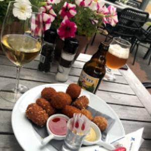 Heerlijk genieten met een bittergarnituurtje, een biertje en een wijntje, op ons zonnige terras.