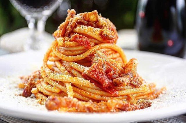 BUCATINI ALL'AMATRICIANA [boo-ka-TEE-nee ahl ah-mah-tree-CHAH-nah] Classic Italian dish of thick spaghetti (with a hole in the middle) in #spicy tomato sauce made with #guanciale 🍝 📸: @casafrankie