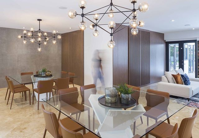 Sophisticated yet casual-feeling environment on this dining room #agsiadesigngroup .⁣ .⁣ .⁣ .⁣ .⁣ .⁣ #agsiadesigngroup #interiordesign #moderninterior #moderndesign #bestinteriordesigners #decor #aventuradesigners #homeinteriors #roomdesign #miamiinteriordesigner #designinspo #homedecor #homerenovation  #customcarpentry #animadomus #modolamp #valenciacovering #decoracao #decor