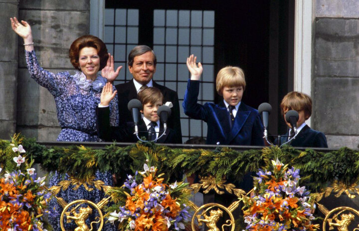 Queen Beatrix with  Prince Claus  and their children  Constantijn ,  King Willem-Alexander , and  Friso  on the balcony of the  Royal Palace  in Amsterdam following the abdication of Queen Juliana, 1980. •  Wikimedia Commons