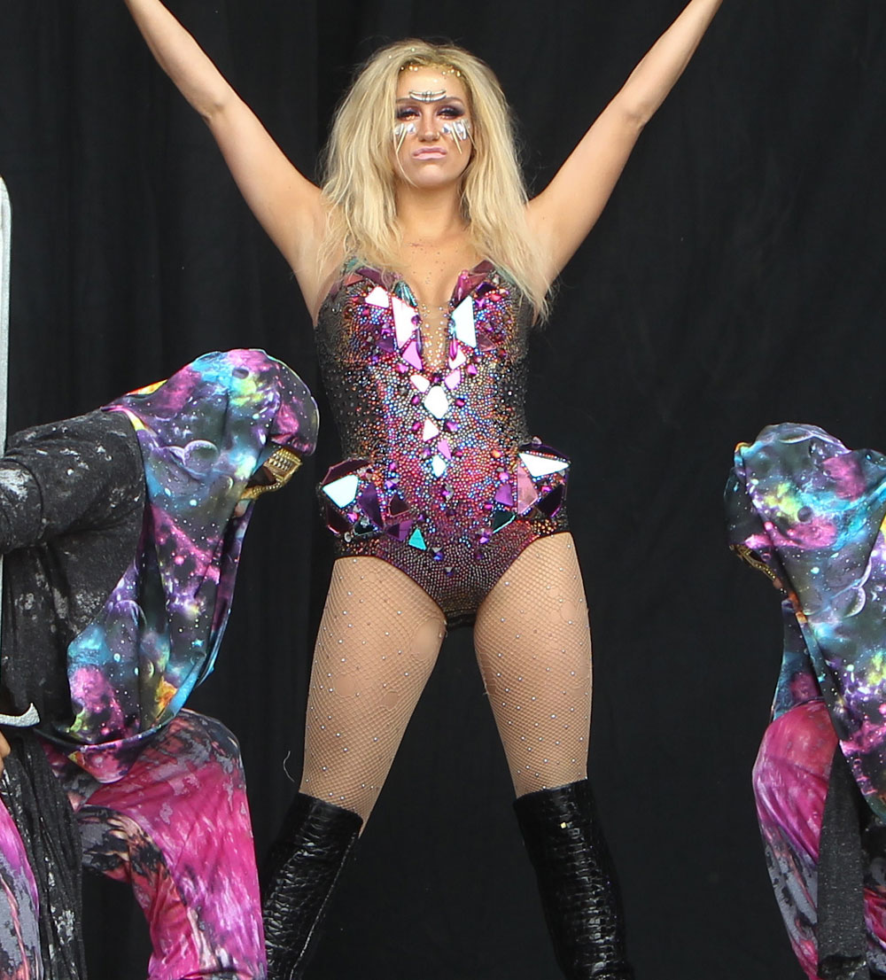 Kesha - Tour Outfit