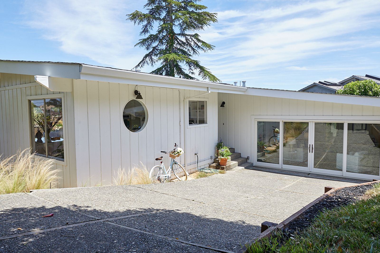 125 Highland Lane, Mill Valley - single-level, tons of natural light, mid-century lines, outdoor space, and a California farmhouse feeling.3bd / 2ba / 1,945 sqft home / 7,840 sqft lot$1,595,000