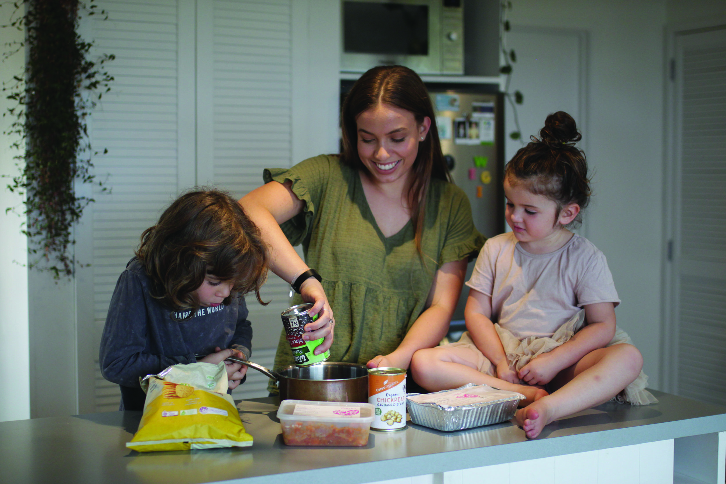 Courtney showing the kids next door just how easy it is to cook up the vege bolognese.