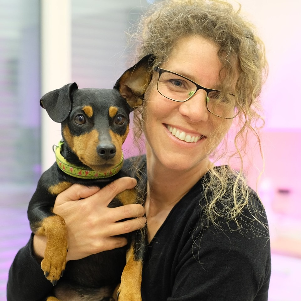 """Tatiana Lentze Hundebesitzerin, Tierärztin und Verhaltensmedizinierin, hat das Projekt Prevent a Bite Bern und Umgebung mehrere Jahre geleitet, ihren Hunde """"Dunja"""" und """"Mellow"""" gehörten auch zum PAB-Team."""