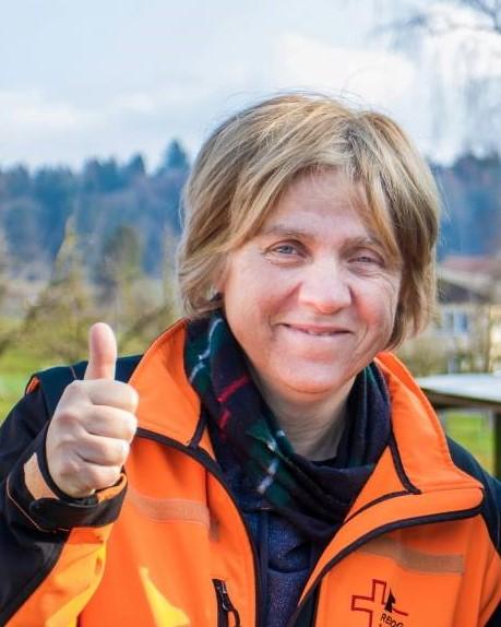 Linda Hornisberger Hundebesitzerin, Tierärztin und Verhaltensmedizinierin, hat 1996 das Projekt Prevent a Bite mit John Oncle von Grossbritanien in die Schweiz geholt, Expertin an Hundeprüfungen von Prevent a Bite.