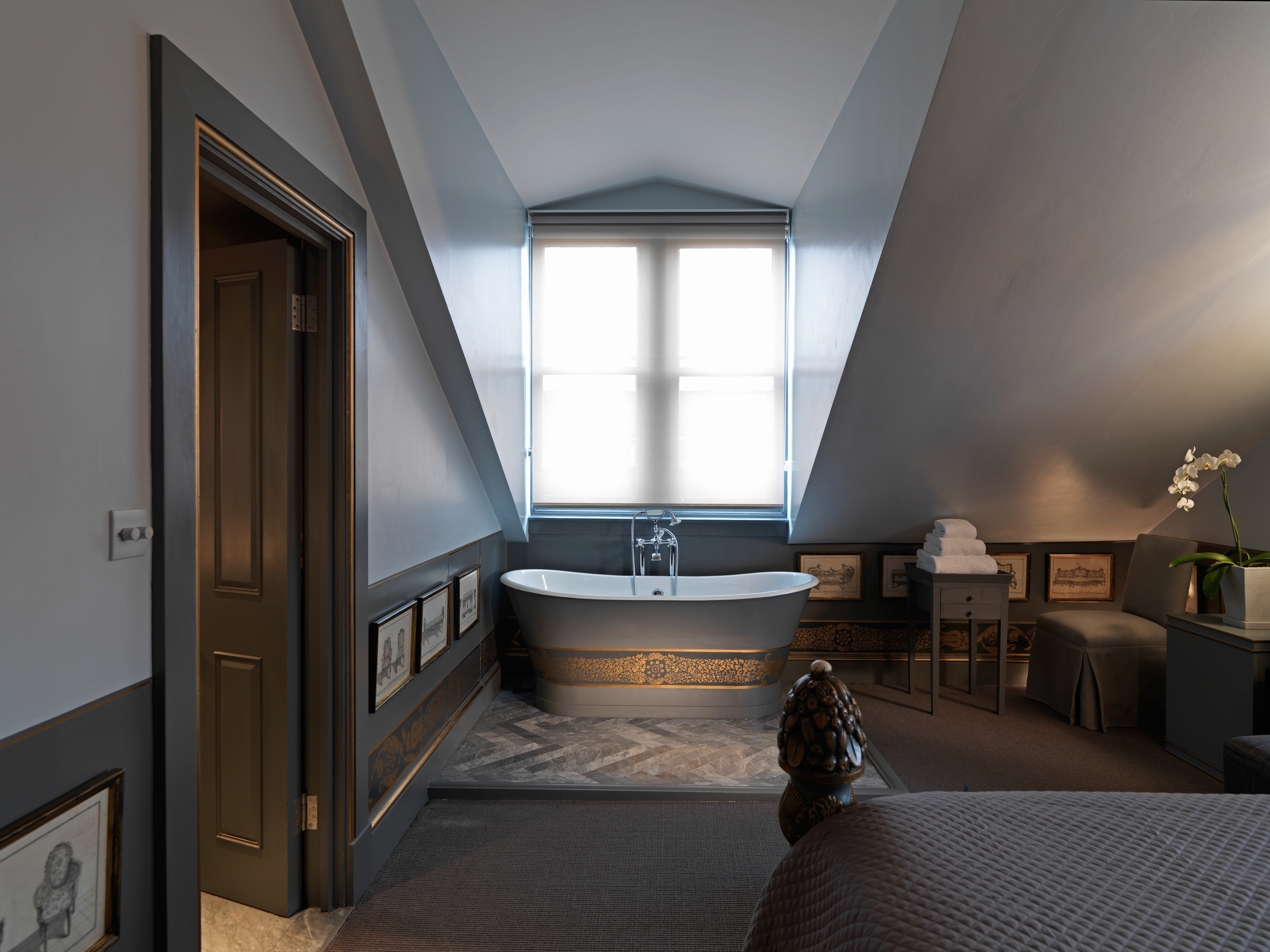 It's London... space is always at a premium... but leave it to celebrated designer Anouska Hempel to keep  Blakes  hotel perpetually chic since it opened in 1978.