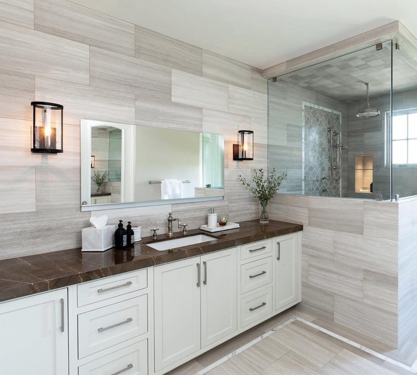 Clean lines and a neutral color palette make this mater bathroom feel expansive and airy. Design by  @anneraedesign ; photo by  @jenny_siegwart .