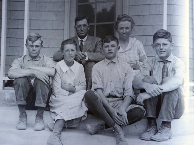 Jane, her brothers, and her parents in 1914.