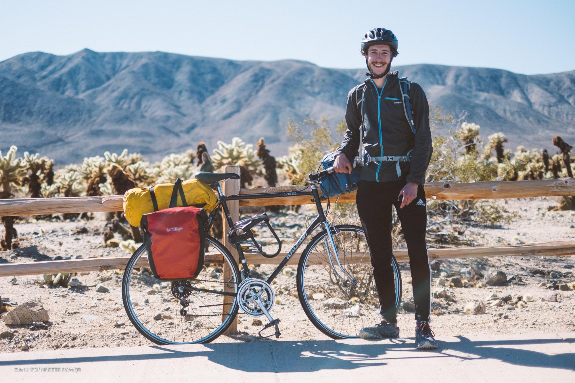 Scott Zimmer et son vélo sur le stationnement du Cholla Garden Cactus.
