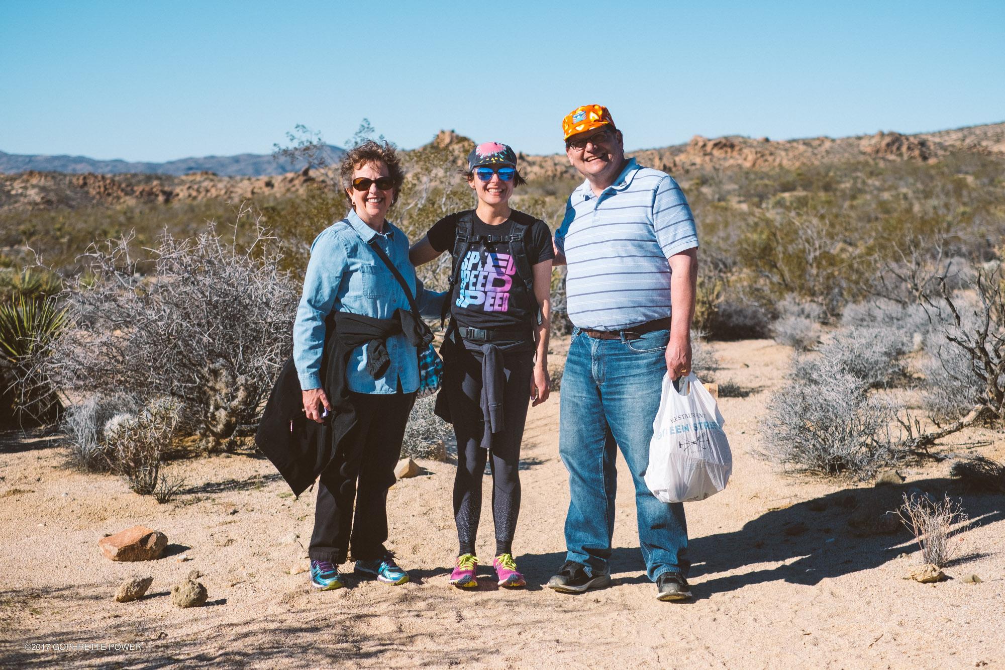 …avec les parents de Julie Pinzur la créatrice de Mokuyobi sur le sentier des Lost Palms Oasis.