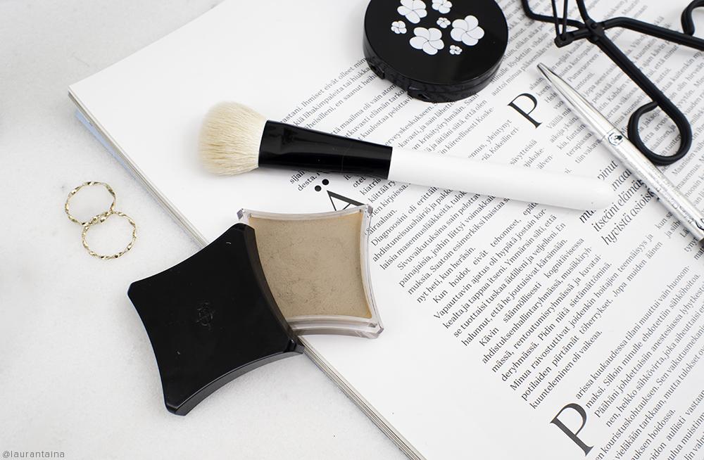 Illamasqua cream pigment in Hollow review