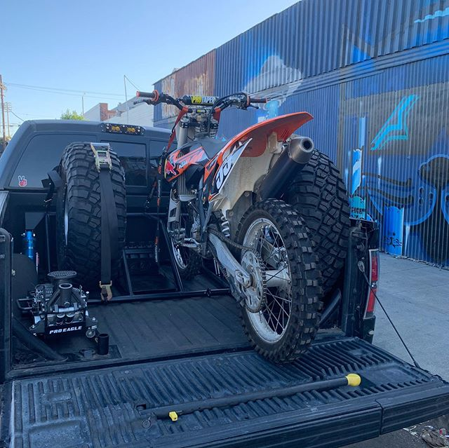 "Cool multi configuration bedcage setup we did for @anthonylogrande28. 3.5"" @kingshocks with blue resis, 2 spare tires with multiple storage options(air tank, multiple fuel cans, fluids, ice chest) or 2 dirt bikes and a 37"" spare. Also changed up his bumper lighting and radio setup. @that_pat_guy killing it as always. #WOG #westsideoffroadgroup #kingshocks #raptor #proeagle #method"
