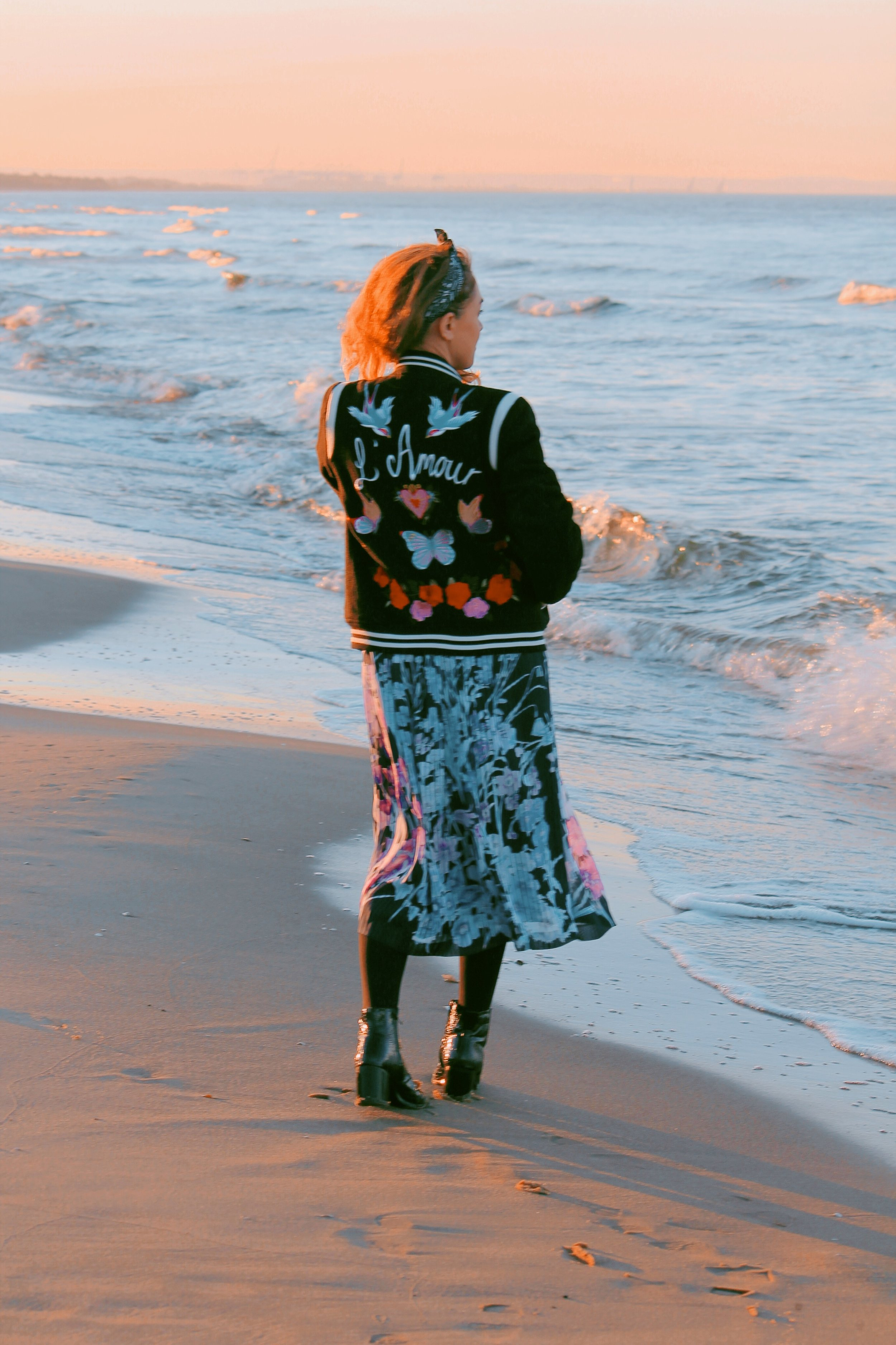 sukienka w kwiaty nad morzem
