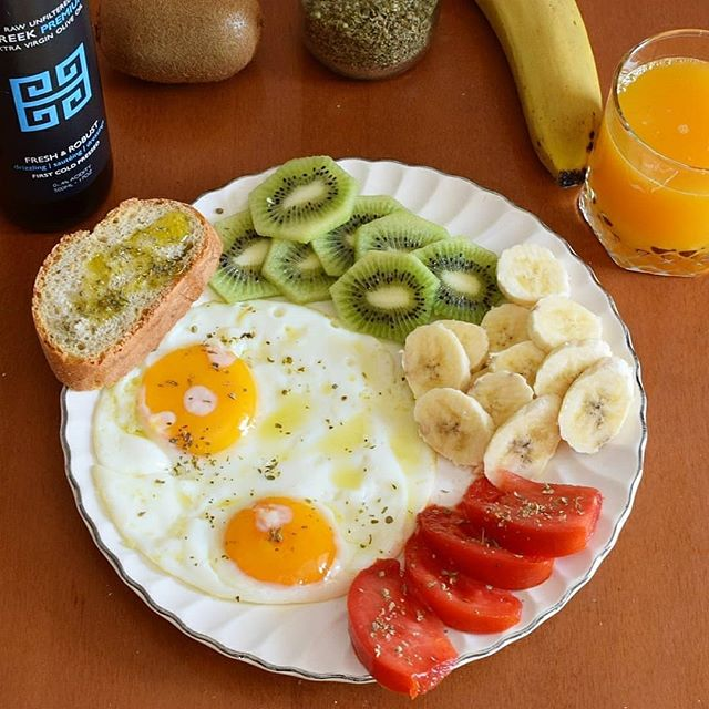 Look at the color of those tomatoes! Starting off the new week with fresh fruit, both eggs and fresh squeezed orange juice from the backyard and fresh baked bread with Kouzini EVOO, lemon and oregano! I'm already thinking of seconds! . . #kouzini #fruit #fresh #eggs #yolkporn #tomato #banana #kiwi #bread #paleo #vegetarian #morning #breakfast #healthy #evoo #oliveoil #greece #mediterranean #sun #exercise #lemon #jerf #farm #local #village #ellada #niata #vitamin #potd #instafood  To your health Antonios Kasandrinos  www.kouzini.com
