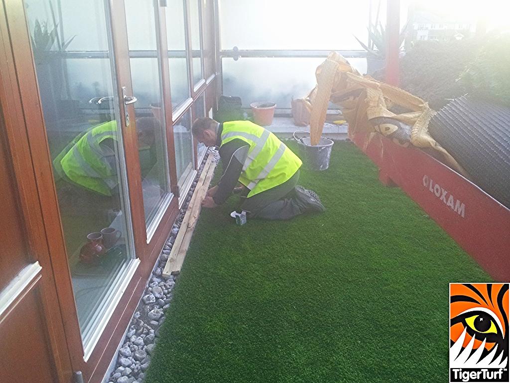 Installer fitting artificial grass