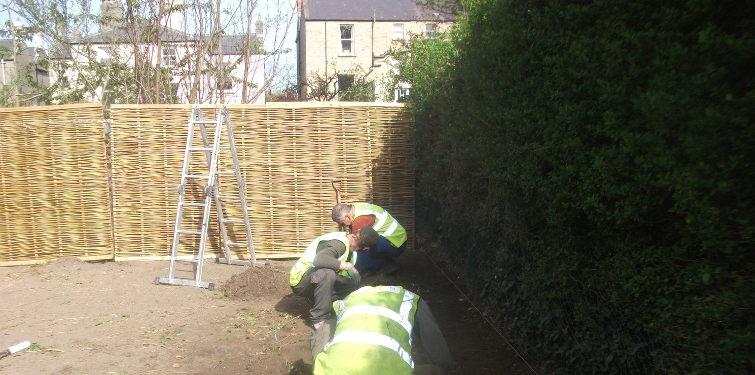 grass installers fit edging for lawn
