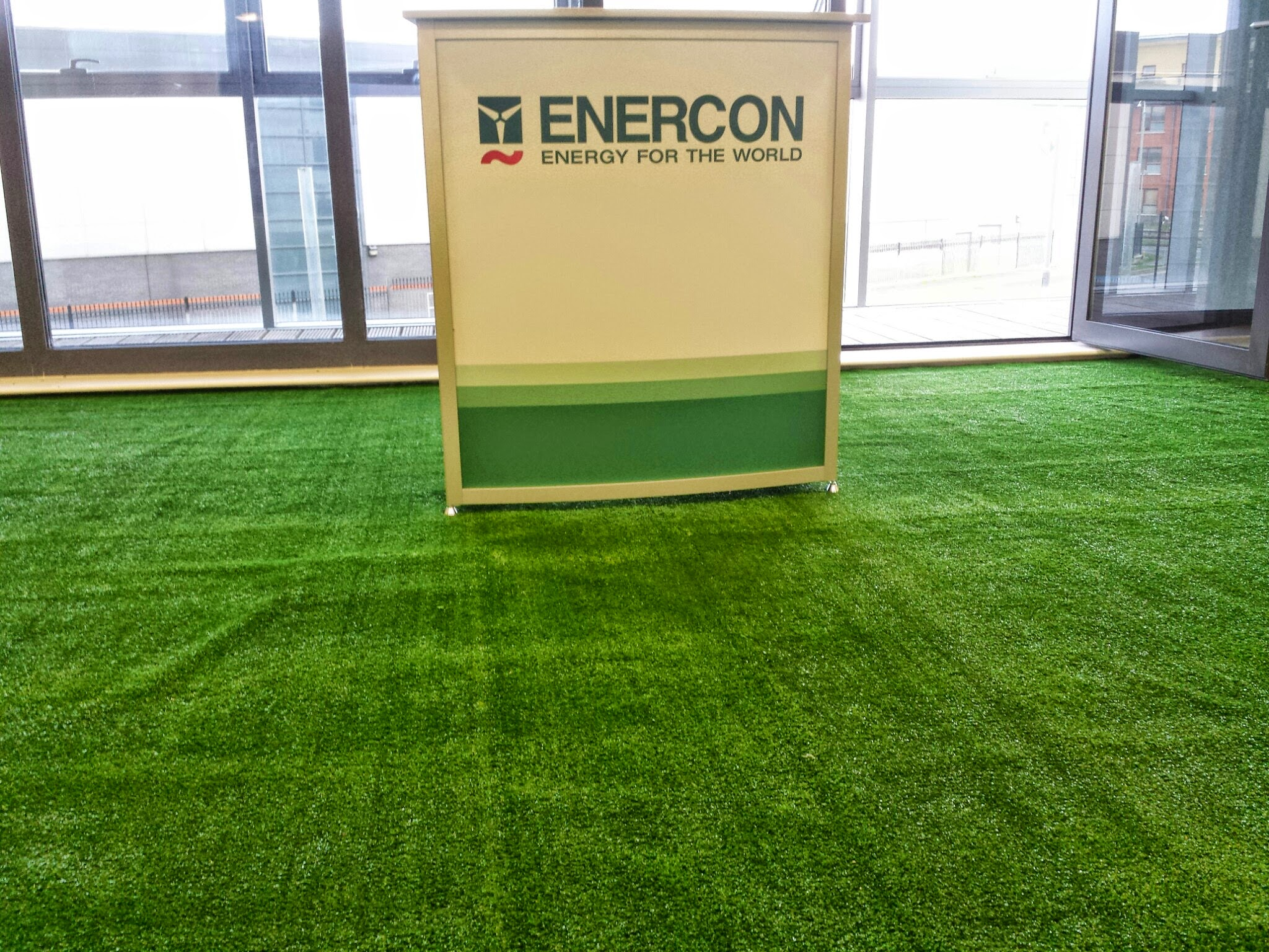 Speakers Stand on synthetic TigerTurf gras