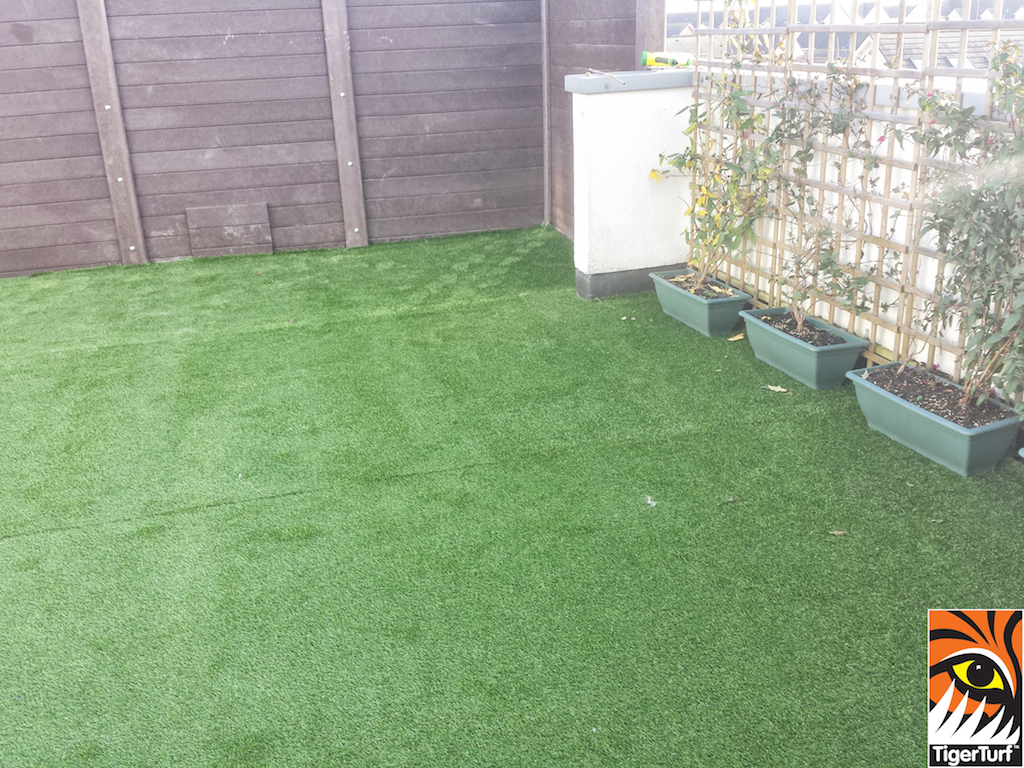 Synthetic grass on Balcony 13 (2).jpg