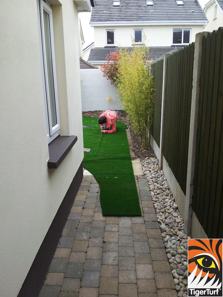 Installer cutting turf