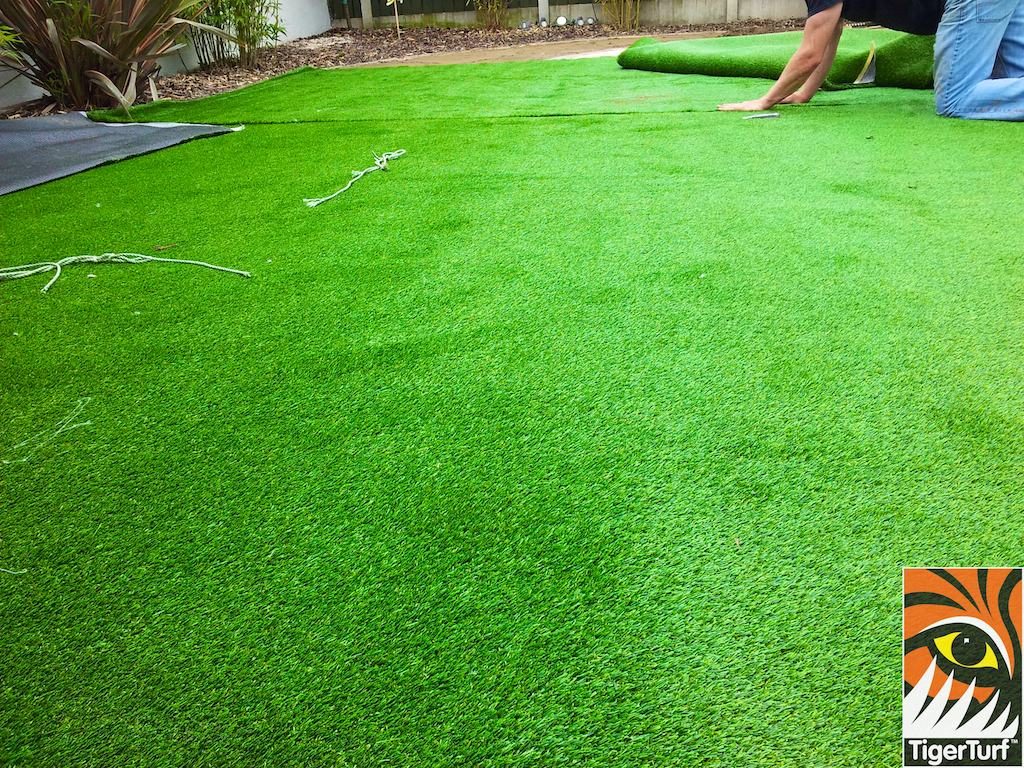Seaming synthetic grass
