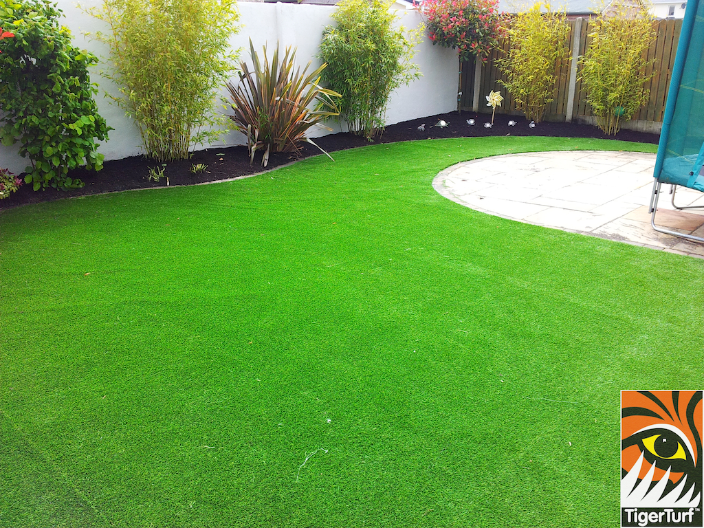 Green synthetic lawn grass