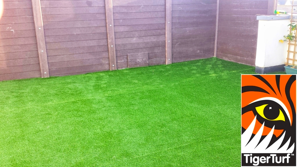 Synthetic grass on Balcony 10 (1).jpg