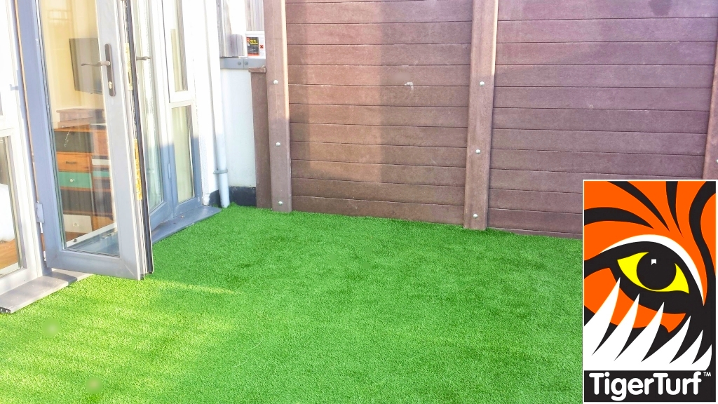 Synthetic grass on Balcony 12.jpg