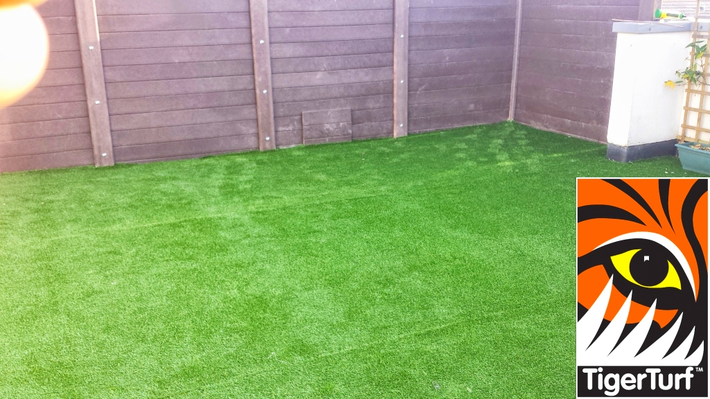 Synthetic grass on Balcony 9 (1).jpg