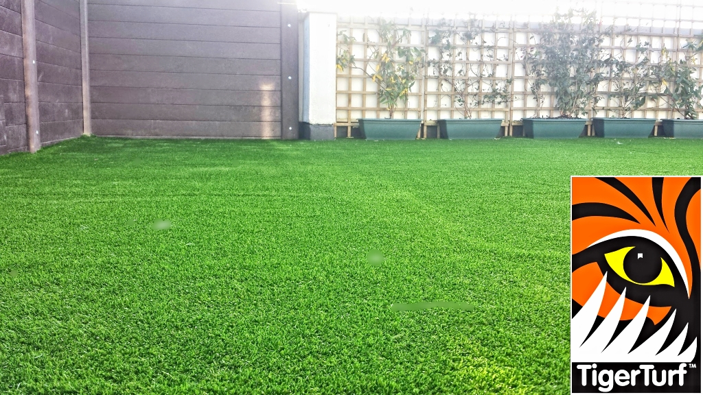 Synthetic grass on Balcony 27.jpg