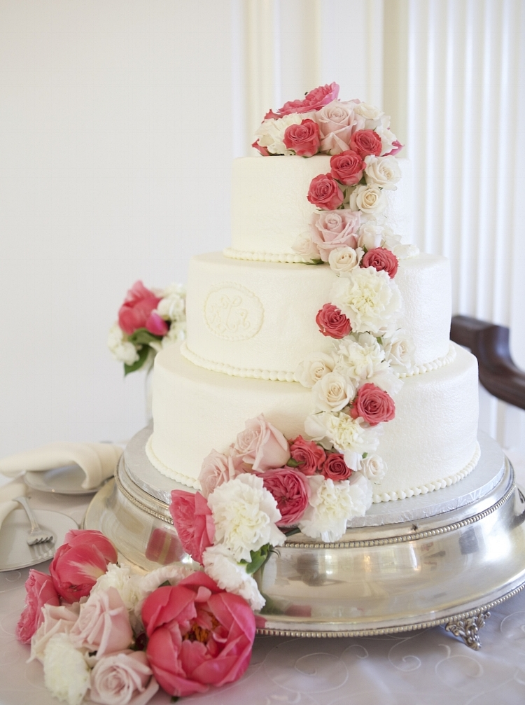 Fresh flowers adorn this simple, elegant cake. Photography by Joylyn Hannahs.