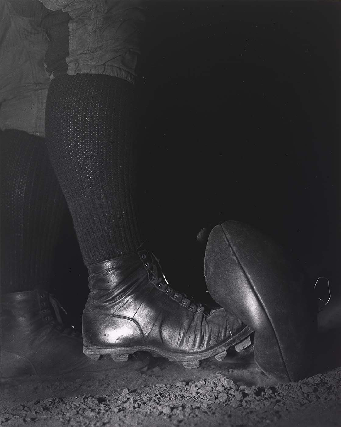 Wesely Fesler kicking a football, Boston, 1934 by Harold E. Edgerton .jpeg