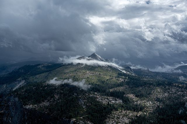 This one is my favourite . . . . . . #yosemite #yosemitenationalpark #mountains #landscapephotography #landscape #photography #mountainrange #vista #sony #sonya7rii #canon #canonlens #naturephotography #sunrise #clouds #cloudscapes