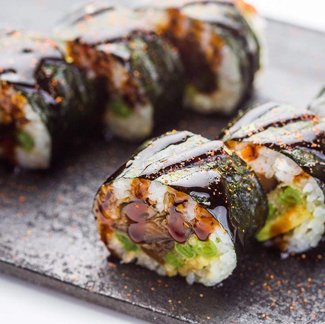 TARTU TOKUMARUL on uus menüü, millest leiab nii juba tuttavaid lemmikuid kui ka uusi põnevaid hõrgutisi. Veganite rõõmuks on nüüd päevapakkumiste hulgas iga päev ka taimne versioon. Vt menüüd www.tokumaru.ee/tokumaru-tartu ja uuri lisa. Või veel parem – tule ise kohale! 🙃 🥙🍣🍜 #tokumaru #heajaapanitoit #uuedmaitsed #vegan #tartukaubamaja