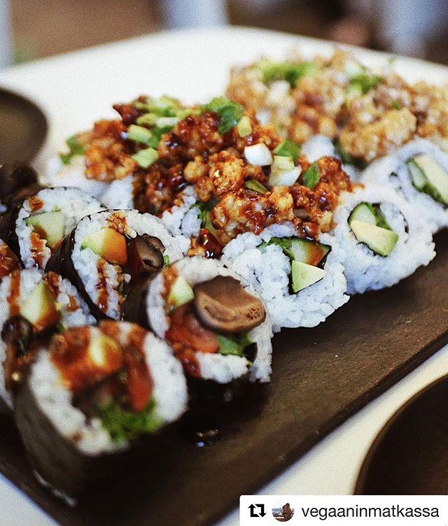 FÄNNID SOOMEST! Meil on hea meel, et kuuldused Tokumaru maitsvatest roogadest on jõudnud ka piiri taha. Meie Soome kunded kirjutavad koguni, et Tokumaru vegansushi on parim asi, mida nad kunagi söönud on. Seda on nii tore kuulda. Aitäh! 🙃🇫🇮🎌 #tokumaru #headjaapanimaitsed #sushi #vegan #heamaitseeitunnepiire