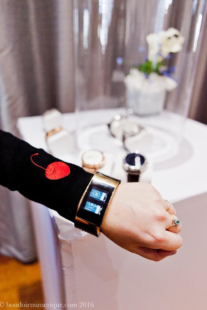 Egalement visible, le bracelet connecté MICA (My Intelligent Communication Accessory), fruit d'un partenariat avec la griffe américaine Opening Ceremony, en 2014