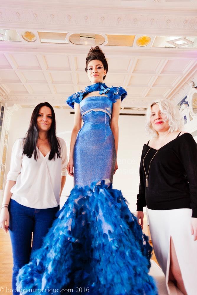 De gauche à droite, Tuba et Ezra Çetin, posant avec leur Butterfly Dress