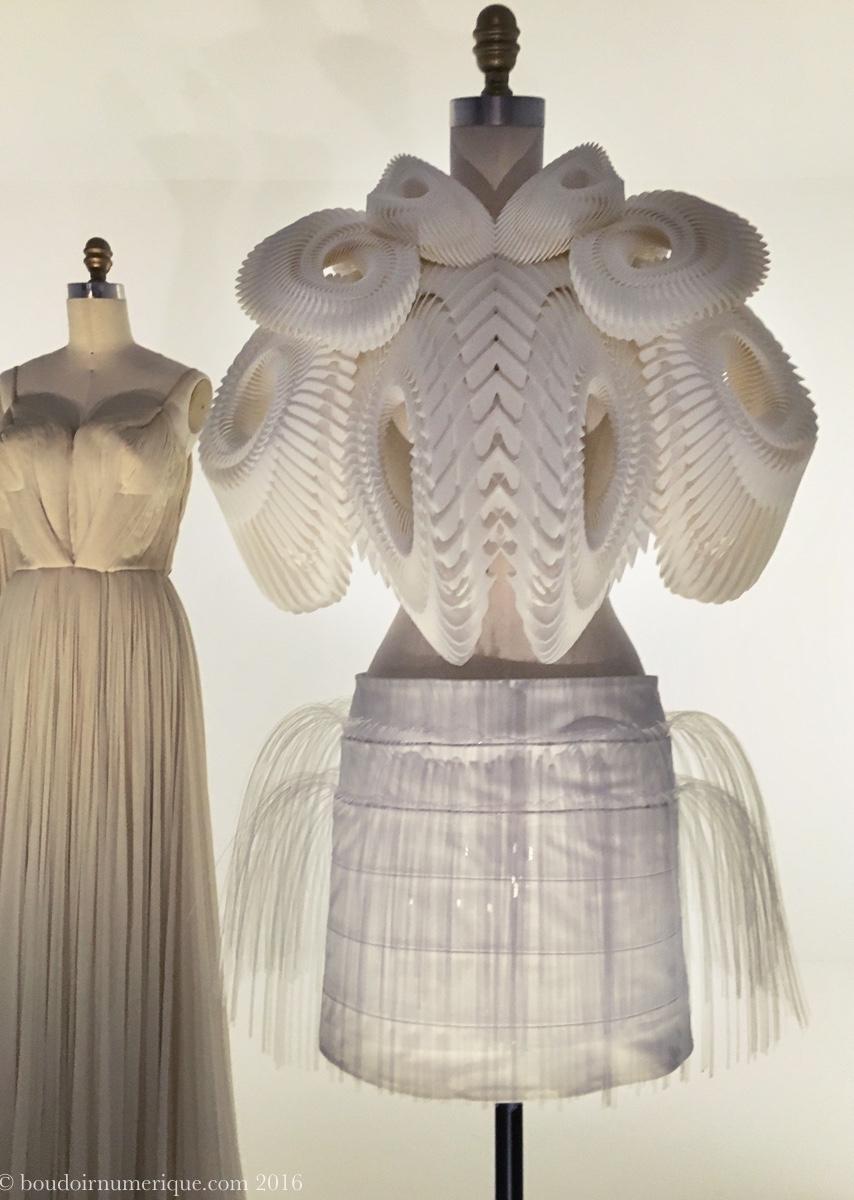 Ensemble en 3D printing d'Iris van Herpen (collection haute couture, printemps/été 2010). Photo : Boudoir numérique.