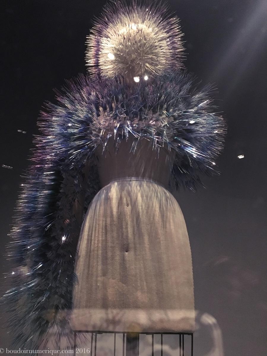 """Atmospheric Reentry"", boléro et coiffe de Maiko Takeda (2013).Photo : Boudoir numérique."