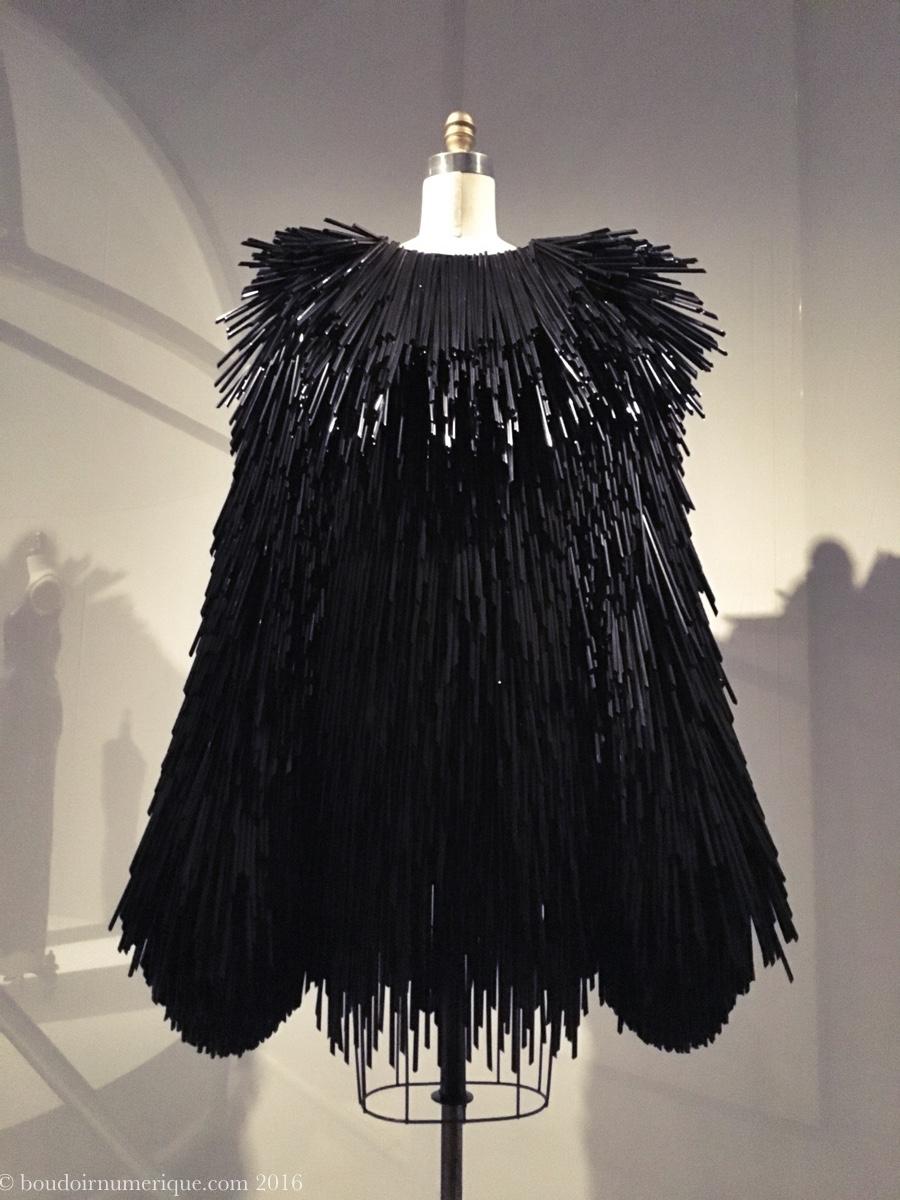 Robe Gareth Pugh en pailles de plastique noir (collection prêt-à-porter automne/hiver 2015-2016).Photo : Boudoir numérique.