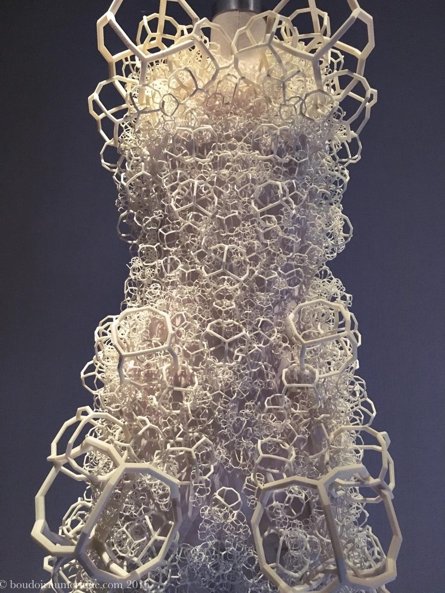 Robe Threeasfour en résine et nylon 3D printés (collection prêt-à-porter printemps/été 2014). Photo : Boudoir numérique.