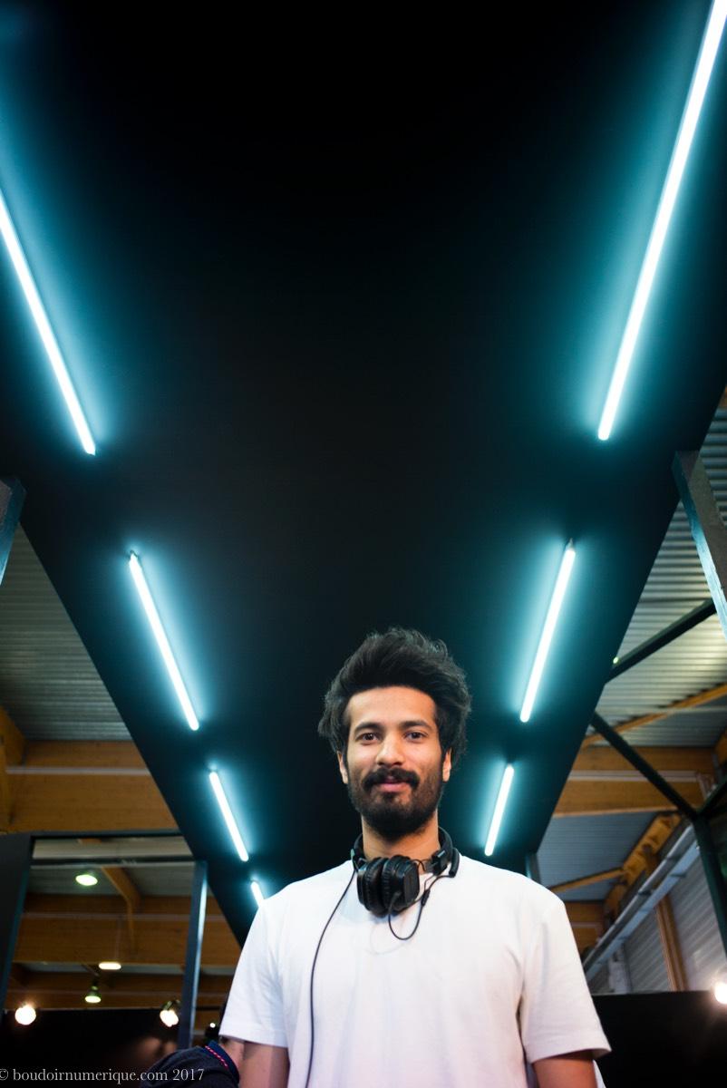 Qasim Ahmed, responsable communication et image de marque chez Kassim Denim, sur le stand de la marque pakistanaise, au salon Denim Première Vision, à Paris, le 27 avril 2017 - Photo Boudoir Numérique