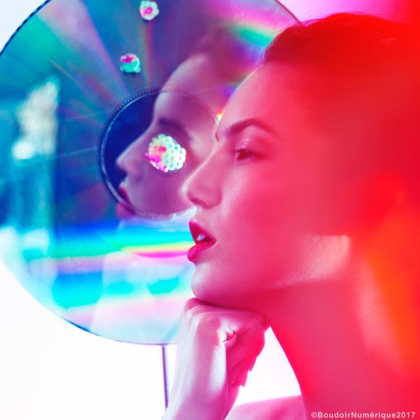 """Le miroir est, depuis Narcisse, l'accessoire indispensable à la contemplation de la beauté et, depuis qu'il a atteint son pouvoir de réflexion parfait, il y a de cela deux siècles, le fidèle compagnon de notre quotidien. Du miroir de Blanche-Neige, n'hésitant pas à asséner quelques vérités bien senties aux vaines marâtres du royaume, aux applications de  miroir virtuel de L'Oréal Paris simulant de flatteurs maquillages, il est tantôt le juge impartial de notre apparence, tantôt le serviteur d'une vision plus subjective. Sous quel éclairage nouveau, la technologie nous renverra-elle notre image?  Sous le prisme d'un charme fantasmé , modifiable à la demande ou sous la lumière chirurgicale d'un outil d'analyse et de conseils? Miroir, miroir numérique, dis-moi…  """"Psyché magique""""by Le Boudoir Numérique. Photographe : Lionel Samain. Makeup artist : Mathieu de Mayer avec M.A.C Cosmetics et Bumble and Bumble. Model : Daniella Melo chez Mademoiselle Agency."""