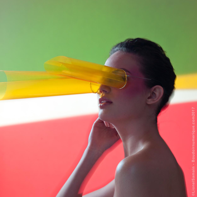 """Après l'échec relatif des Google Glass ou la hype des Spectacles de Snap, les lunettes connectées demeurent un gadget réservé aux geeks happy few, un accessoire de Peeping Tom dispensable, tel un appareil photo devenu redondant à celui de notre téléphone.A en oublier le caractère originel des binocles, leur fonction primordiale de corriger notre perception du monde, de pallier ses défauts visuels, en la filtrant selon nos désirs.Alors, quel avenir pour les smart glasses ? Monocle à effet tunnel, afin de s'affranchir des distractions de l'environnement, kaléidoscope de chromothérapie pour halluciner l'existence en rose, View-Master d'immersion en expérience augmentée… en vue de redresser les torts du réel, le champ est vaste.  """"Binocles intelligents"""" by Le Boudoir Numérique. Photographe : Lionel Samain. Makeup artist : Mathieu de Mayer avec M.A.C Cosmetics et Bumble and Bumble. Model : Daniella Melo chez Mademoiselle Agency."""
