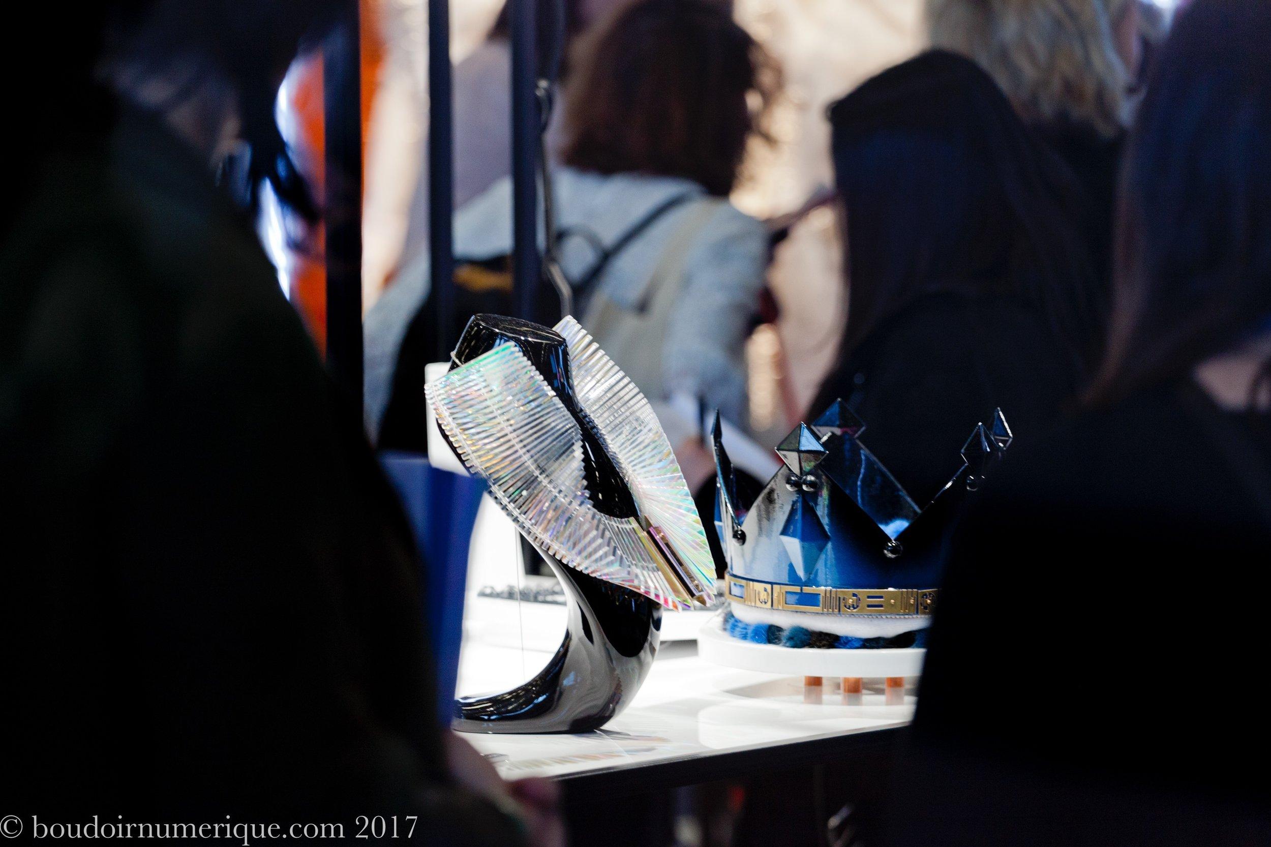 Collier KinglaCom et couronne Kate Coronam de Sarah Angold (photo Le Boudoir Numérique)